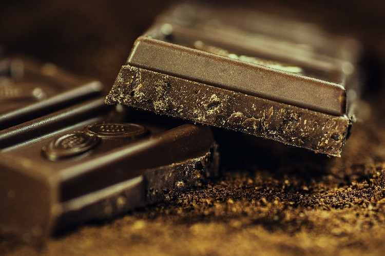 Dark chocolate bar: made using cocoa beans