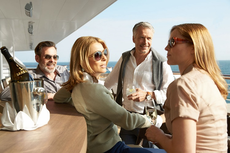 Friends enjoying champagne in Sansibar on a Hapag-Lloyd cruise ship