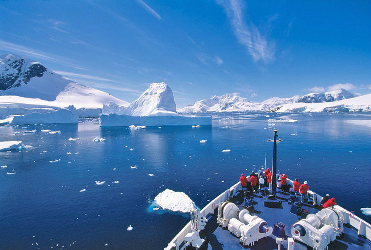 Expedition sailing through the glaciers of Antarctica