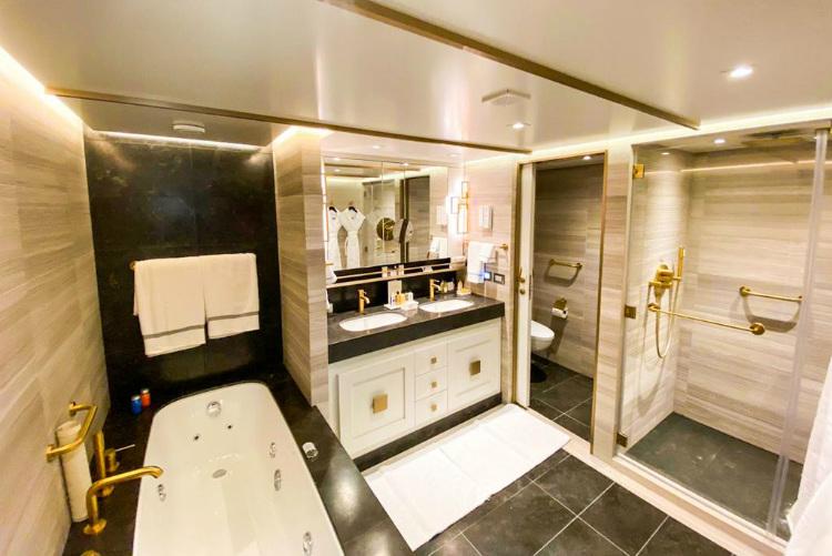 Splendor Suite bathroom